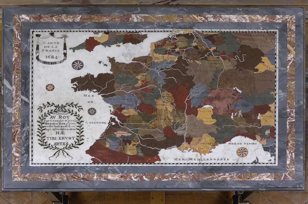 Plateau de table en marbre et pierres dures qui a figuré dans le cabinet des Médailles (©Château de Versailles/Jean-Marc Manaï