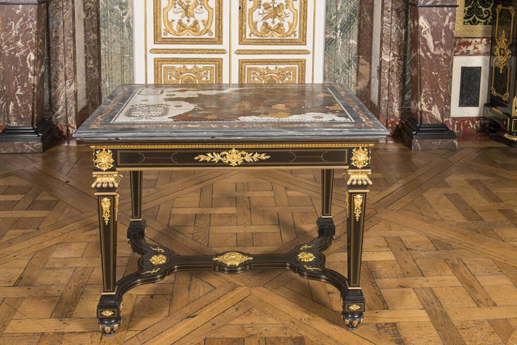 Plateau de table en marbre et pierres dures qui a figuré dans le cabinet des Médailles (© Château de Versailles)