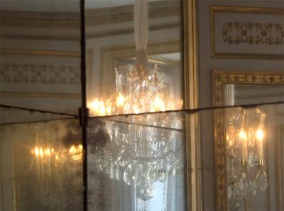 Jeu de reflets dans les miroirs anciens du cabinet de la Méridienne (© EPV/Didier Saulnier)