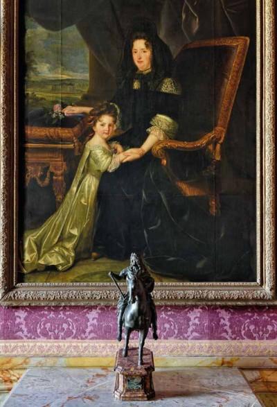 Cinquième salle de la galerie du XVIIe : en fond, Françoise d'Aubigné, marquise de Maintenon, et sa nièce, par Louis Elle Le Jeune ; au premier plan, la statue de Louis XIV, roi de France, par François Girardon
