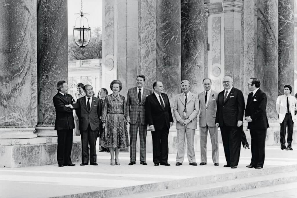 Le Président français inaugure le sommet dessept puissances industrialisées à Versailles, le 4 juin 1982, sous le péristyle duGrand Trianon, enprésence de leurs hauts responsables politiques: Zenko Suzuki (Japon), Margaret Thatcher (Royaume Uni), Ronald Reagan (USA), Helmut Schmidt (RFA), Giovanni Spadolini (Italie), Pierre Elliott Trudeau (Canada).